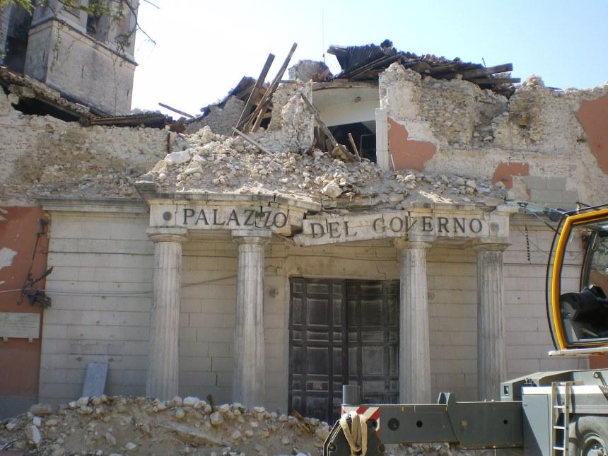 L'Aquila_eathquake_prefettura
