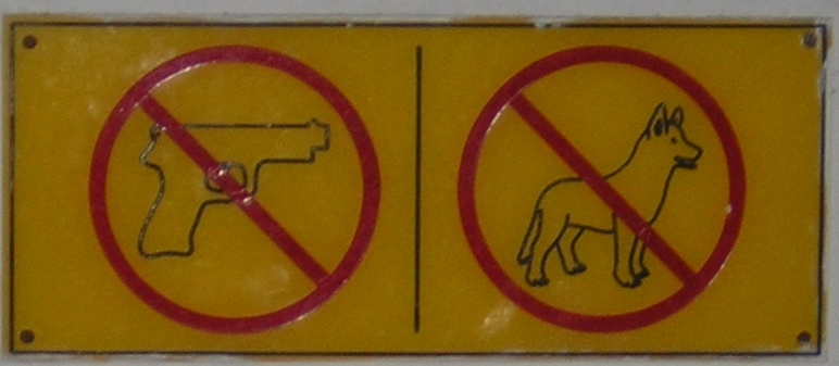 Cartello all'ingresso dell'albergo, durante un soggiorno di Bezzicante in Guatemala